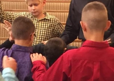altar service-kids praying